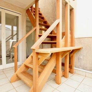 葉山町のウッドデッキへのウッド階段横には棚もあり