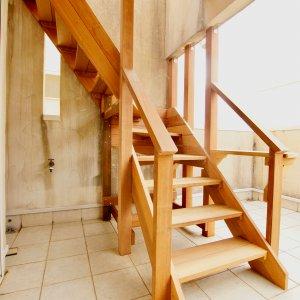 葉山町のウッドデッキへのウッド階段
