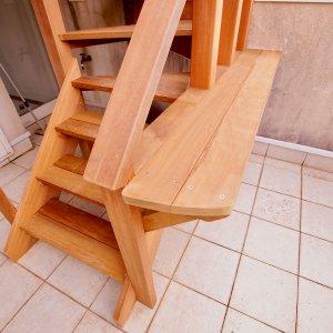 葉山町のウッドデッキへのウッド階段に棚を設置