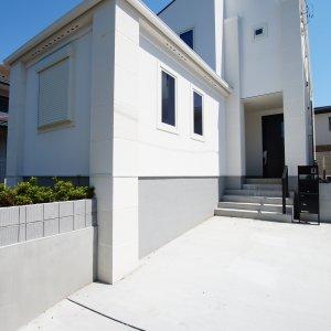 逗子市久木8丁目2期 2棟プロジェクトB棟外観と駐車スペース
